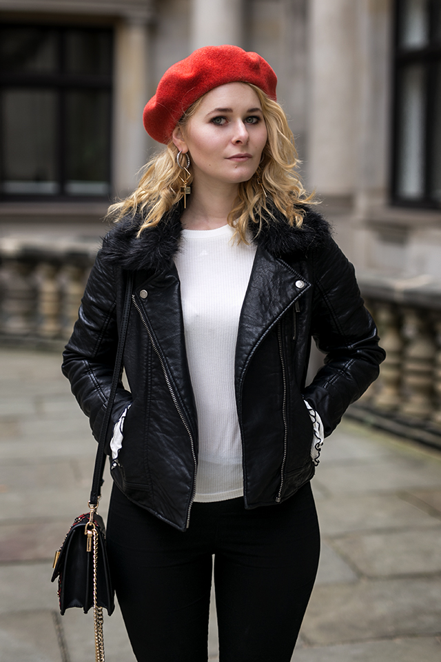 Damen Outfit mit Lederjacke und roter Baskenmütze
