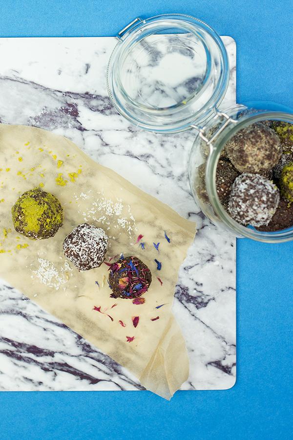 Energy Balls raw gesund und vegan Rezept bunt