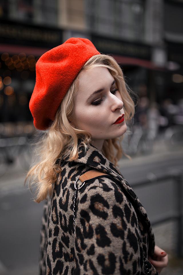 Leo Mantel Outfit mit roter Baskenmütze Christina Key Berlin
