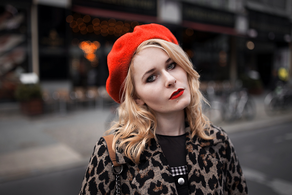 Leo Mantel Outfit mit roter Baskenmütze Christina Key
