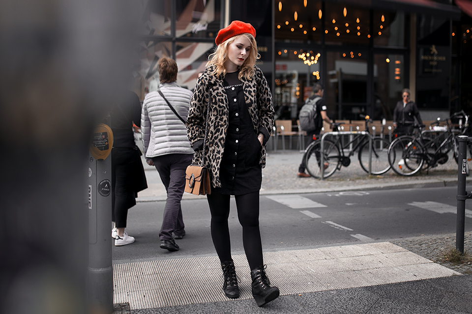 Leo Mantel Outfit mit roter Baskenmütze Inspiration