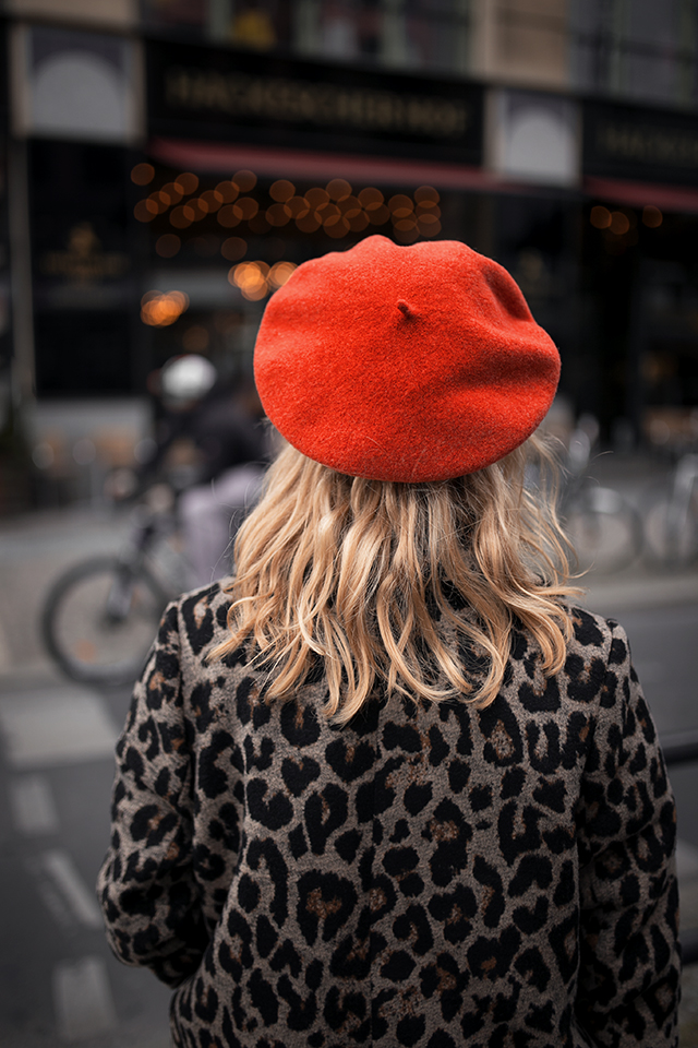 Leo Mantel Outfit mit roter Baskenmütze Kombination