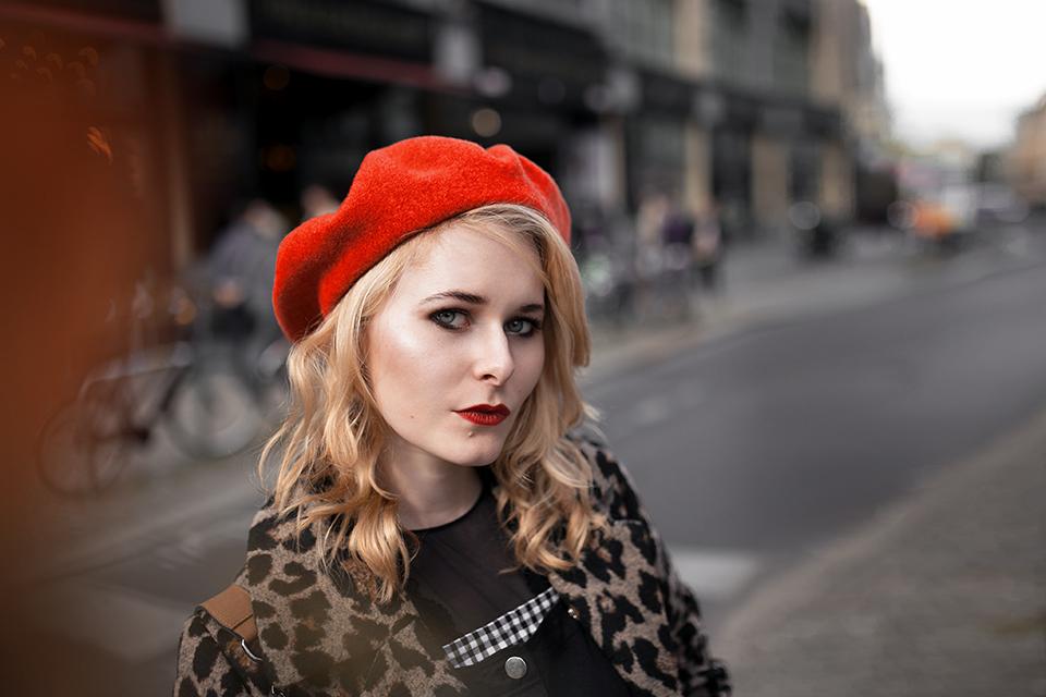 Leo Mantel Outfit mit roter Baskenmütze blonde Haare