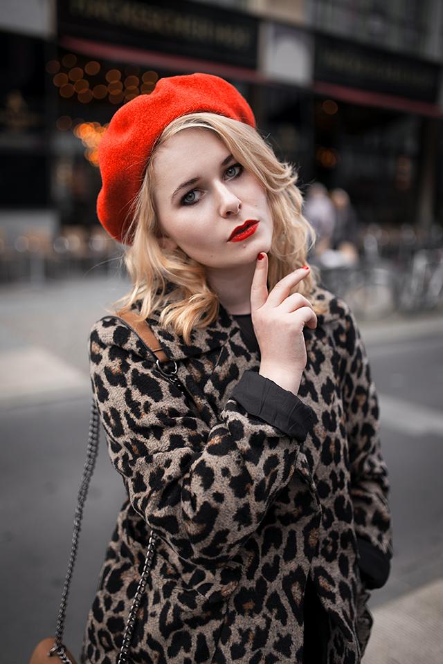 Leo Mantel Outfit mit roter Baskenmütze mit blonden Haaren