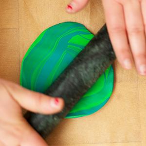 DIY Fimo Schmuckschachtel mit Kaktus ausrollen