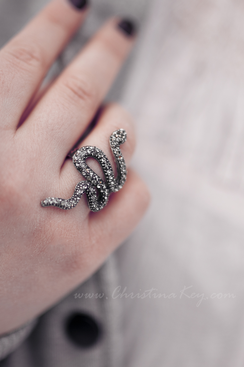 College Jacke Damen Outfit Schlangen Ring