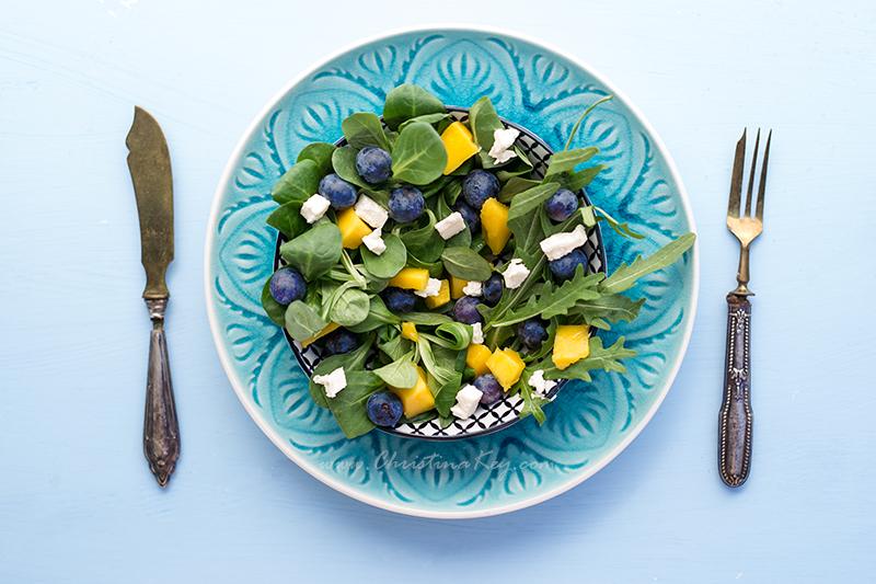 Sommer Salat mit Mango und Blaubeeren