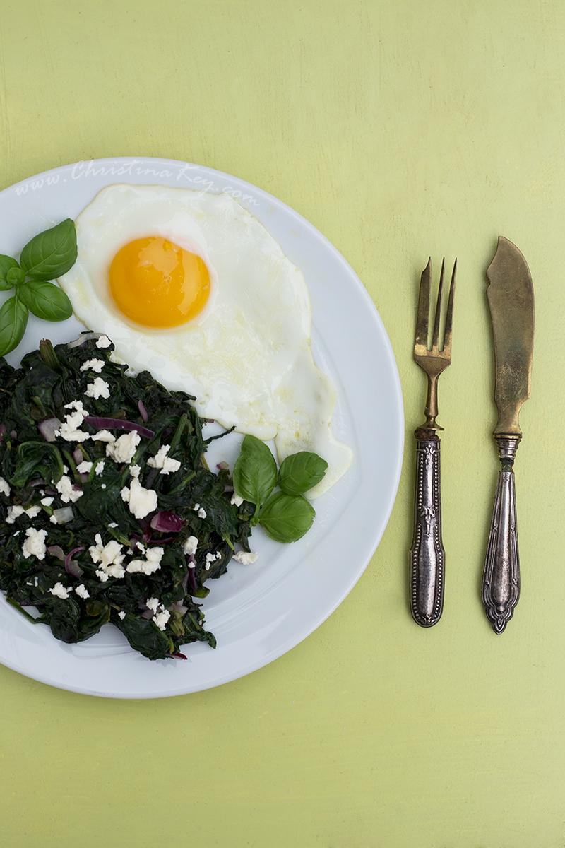 Spinat mit Feta und Spiegelei Low Carb Rezept