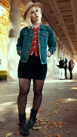 Minirock Outfits mit College Jacke