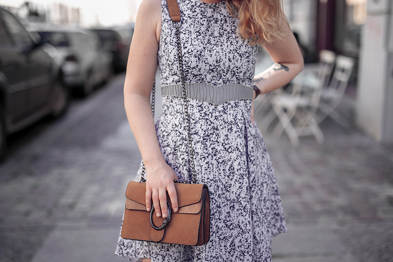 Hellblaues Kleid Outfit Idee