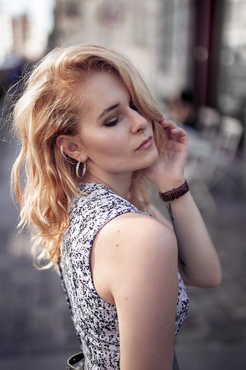 Hellblaues Kleid kombinieren blonde Haare