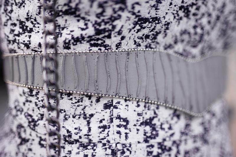 Hellblaues Kleid mit Gürtel