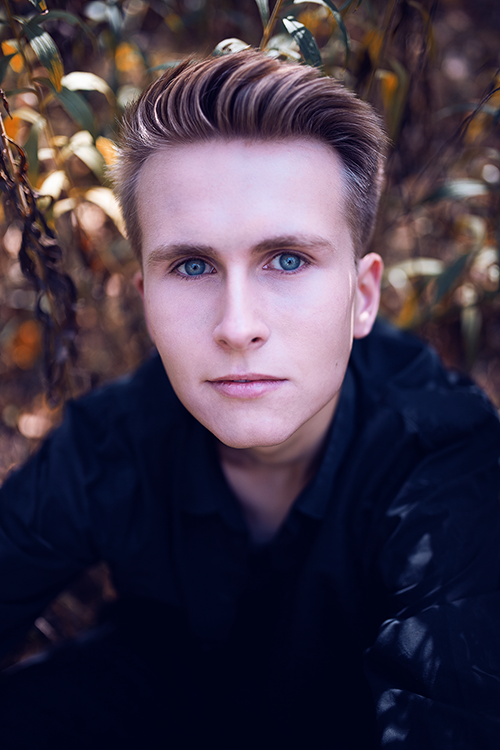 Buntes Portraitshooting im Herbst Mann
