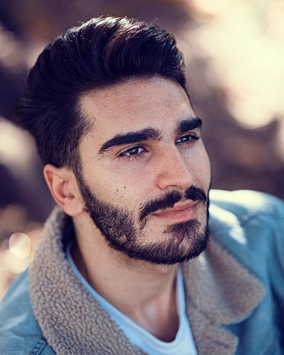Fotoshooting mit Mann im Herbst Gegenlicht