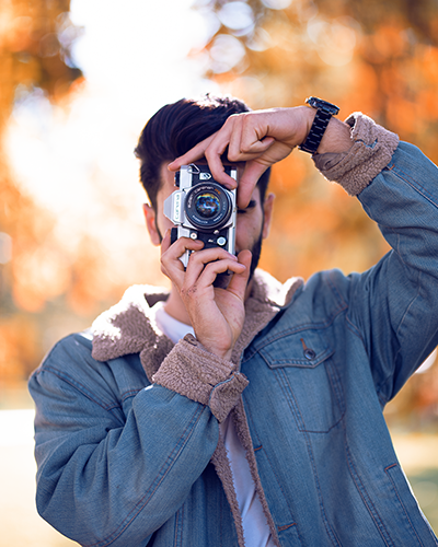 Fotoshooting mit Mann im Herbst analoge Kamera
