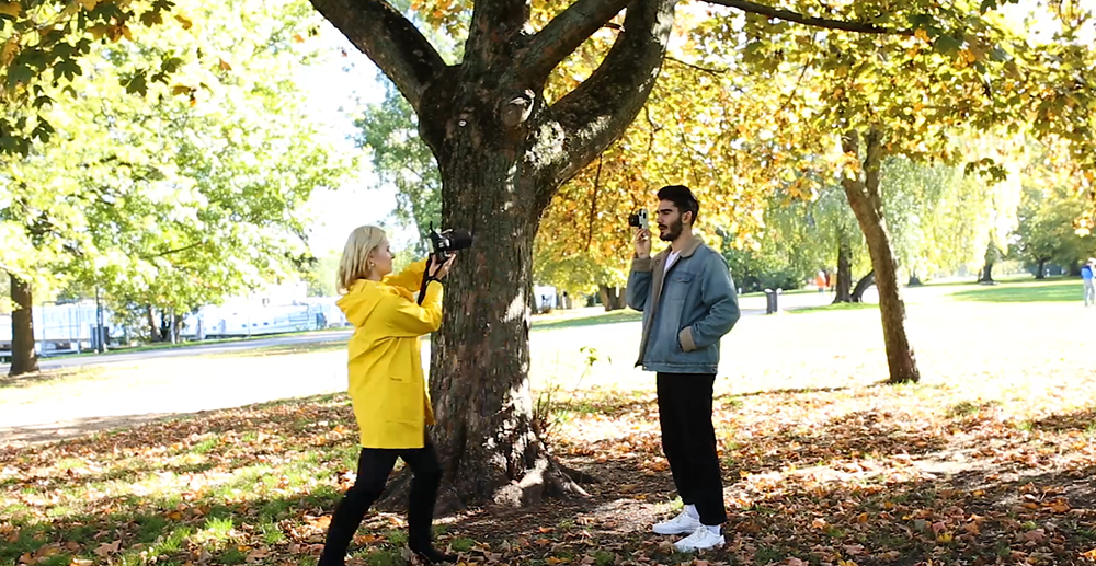 Fotoshooting mit Mann im Herbst im Park