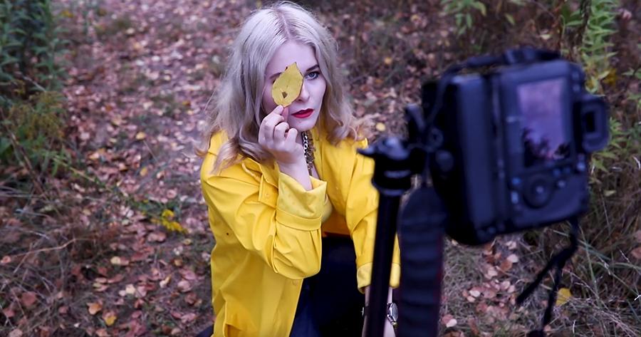 Selbstportraits im Herbst draußen fotografieren