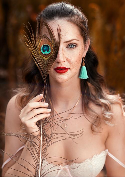 Fotografie Tipps - Frauen Portrait Outdoor mit Pfauenfeder