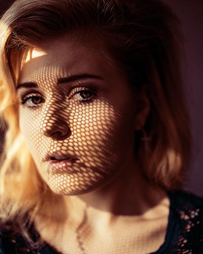 Foto Tipps Portrait Fotografie schattenmuster durch hartes Sonnenlicht
